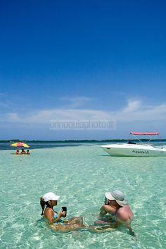 Dos turistas descansan en Bajo Caimán, en el  Parque Nacional Morrocoy. Estas playas están ubicadas entre las poblaciones de Tucacas y Chichiriviche, en la región costera centro-norte del estado Falcón, en  Venezuela. Morrocoy, 28-05-2006. (Gabriel Osorio / Orinoquiaphoto) <-> Morrocoy
