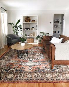 Kies voor natuurlijke kleuren in huis voor een rustig en sereen interieur. Aardetinten kleuren terug laten komen in het vloerkleed of in de leren bruine bank.
