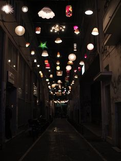 """Proyecto """"Syn-oikia Pittaki"""" en Atenas, donde los vecinos han donado sus lámparas viejas para dar luz a una calle / """"Syn-oikia Pittaki"""" project in Athens, where residents donated their old lamps to give light to a street"""