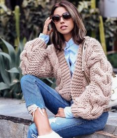 Wearing the coziest beige cardigan every! Love the chunky knit and oversized sle… Wearing the coziest beige cardigan every! Fashion Blogger Style, Fashion Mode, Fashion Outfits, Chunky Cardigan, Beige Cardigan, Estilo Blogger, Floral Jacket, Mohair Sweater, Knitted Headband