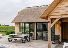 Eikenhouten poolhouse met lounge rietdak (Ref. SNVD) | Vanhauwood Outdoor Lounge, Outdoor Tables, Outdoor Decor, Garden Cabins, Jacuzzi, Gazebo, Outdoor Structures, Bob Marley, House Styles