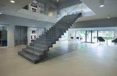 Ingenieursbureau ABT heeft in samenwerking met  JHK Architecten  een surrealistisch slanke trap van beton en glas gerealiseerd voor haar eigen hoofdkantoor in Velp.  De trap rekt grenzen op van betontechnologie en glasproductie.