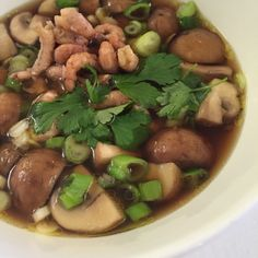 Soepje - Eentje van mijn favoriete Pascale Naessens, uit haar allernieuwste kookboek. Goed als lunchsoepje, voorgerecht of eigenlijk (en dat is waarvoor ik dit recept nog eerder zou gebruiken) als hapje. Supersupersupersnel en best wel fancy. (en lekker, dat ook) Pureed Food Recipes, Soup Recipes, Cooking Recipes, Healthy Recipes, Tapas, Good Food, Yummy Food, How To Eat Less, Healthy Soup