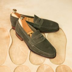 Carmina shoemaker — scover our New penny loafers 80579 in loden suede. Mens Loafers Shoes, Suede Oxfords, Leather Heels, Suede Leather, Soft Leather, Formal Shoes, Casual Shoes, Formal Loafers, Mocassins Luxe