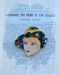 Spilla in legno dipinta a mano. Cappello in cotonina a fiori da figurino 1972 - Daniela          .