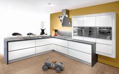 Keukenmodel Sirius tegen een okergele muur