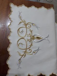 This Pin was discovered by Sel Gold Embroidery, Hand Embroidery Patterns, Machine Embroidery Designs, Islamic Art Pattern, Pattern Art, Henna Candles, Brazilian Embroidery, Gold Work, Fabric Beads