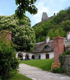 A varázslatos Szigliget - Balaton - Dunántúl.   Kézművesudvar - Felette a várrom. Hungary