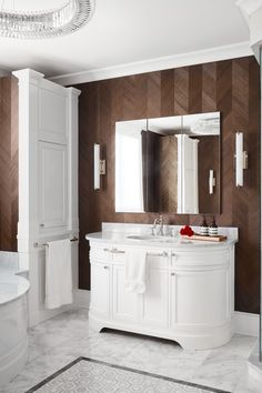 In this high design bath, marble details offer endless luxury, while a dark, warm wallpaper from Maya Romanoff in a herringbone veneer pattern contrasts with the coolness of the marble. White Interior Design, Brown Interior, Interior Styling, Higher Design, Bathroom Interior, Bathroom Ideas, Bath Design, Bathroom Styling, Elle Decor