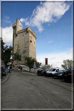 La tour Philippe Le Bel à Villeneuve lès Avignon est une merveille médiévale construite par le Roi de France pour affirmer son pouvoir face à la puissante cité des Papes d'Avignon, de l'autre coté du fleuve.