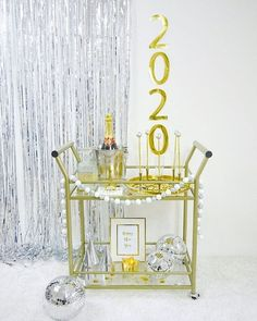 DIY New Year's Eve Bar Cart Decor + FREE Printables - four quick and easy projects to help you jazz up any bar cart or party! New Year Printables, Party Printables, Free Printables, Diy Unicorn Birthday Cake, Unicorn Party, New Year Diy, Festive Crafts, Diy Crafts, Balloon Installation