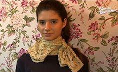 Veja como customizar seu cachecol com fitas de renda, botões e flores de feltro.