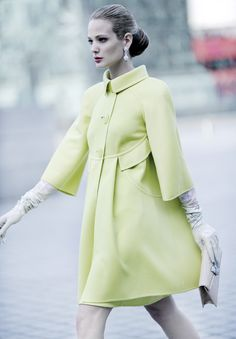 love the green coat Valentino Haute Couture SS 2008 by Mario Sierra Vintage Outfits, Vintage Fashion, Moda Chic, Green Coat, Yellow Coat, Look Vintage, Vintage Glamour, Beautiful Models, Simply Beautiful