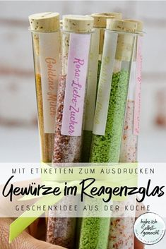Often you are looking for small gifts, so-called souvenirs. For this, a homemade little thing is wonderful. These small spices in a test tube are a great gift idea from the kitchen. Souvenirs that put a smile on your lips! Lac Rose, Holiday Break, Small Gifts, Voss Bottle, Presents, Crafts, Kitchen Small, Vow Renewals, Boyfriend Birthday