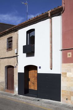 Comprehensive rehabilitation of 1900 housing in the old town of Viladecavalls. Originally, the house already had ground floor, floor and cellar, all adapted . Design Exterior, Facade Design, House Design, Unusual Homes, Spanish House, Facade Architecture, Facade House, Beautiful Buildings, Home Deco