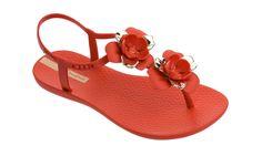 COR E DIVERSÃO SÃO O MOTE PARA A PRIMAVERA/VERÃO DA IPANEMA - Portal de Moda Portal, Sandals, Fashion, Sand Footprint, Spring Summer, Colors, Slide Sandals, Moda, Shoes Sandals
