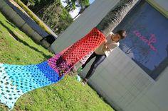 A designer e apaixonada por crochê desde criança, Karen Bazzeo, conseguiu unir seus dons e criou o ateliê DoloreZ CrocheZ, um espaço também para ajudar no seu autoconhecimento. O projeto, que desenvolve peças em crochê como forma de decoração e de arte, expõe tanto em espaços culturais como em intervenções urbanas, promovendo a interação com as pessoas e com o meio ambiente. | Via: dolorezcrochez.com