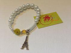 photo (92) pulsera de bolitas blancas con torre eiffel plateada.