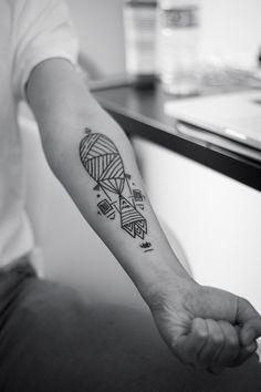 tatouage sur l'avant-bras à motifs géométriques