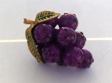 VINTAGE PURPLE LUCITE FORBIDDEN FRUIT RHINESTONE GRAPES FIGURAL BROOCH