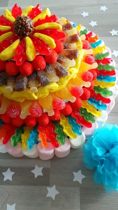 Cute cake with real sweets. Perfect to share on a kids party. Candy Cakes, Cupcake Cakes, Cupcakes, Sweets Cake, Candy Bouquet, Candy Party, Candy Store, Food Humor, Savoury Cake