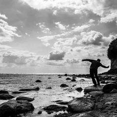 Das #glück ist manchmal nur ein Steinwurf entfernt  #leipzigleuchtet #neuesvomfotokombinat  #skyporn #clouds #blackandwhite  #dreamcatcher #awesome #beautiful #leipzigtravel #leipzigcity #sogehtsaechsisch #simplysaxony #like #follow #instalove #sonyalpha #bestgermanypics #wirsindinsel #rügen #meer #ostsee #sky