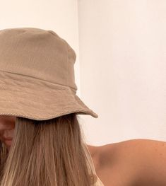 DIY: Simple Bucket Hat I am all about the bucket hat life. And conveniently they're super easy to make! So enjoy this fun, simple DIY number which you can whip up for all of you and your pals! Simple Aesthetic, Brown Aesthetic, Bob Chapeau, Bucket Hat Outfit, Mode Instagram, Hat Template, Hat Tutorial, Accesorios Casual, Diy Hat