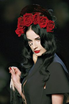 Dita Von Teese in Jean Paul Gaultier Maquillages, Jolies, Chapeaux, Haute  Couture, 4ab9b959a24