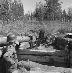 Finnish soldier with a 20 mm Lahti anti-tank gun near the Okhta River region. The weapon was used during the Winter War. Military Diorama, Military Art, Military History, Ww2 Weapons, Military Weapons, Army & Navy, Red Army, Anti Tank Rifle, Germany Ww2