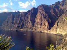 Acantilado de los Gigantes en Tenerife, Islas Canarias, España. ¡Impresionante! Amazing Destinations, Holiday Destinations, Beautiful Islands, Beautiful Places, Travel Around The World, Around The Worlds, Station Balnéaire, Paradise On Earth, Parc National