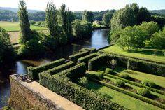 """Les jardins du château de Losse d'esprit Renaissance, classés et labellisés """"jardins remarquables"""" offrent une promenade labyrinthique dans les chambres de verdure, parterres de lavandes, traversée de la tonnelle menant au chemin de ronde crénelé de buis et tapissé de roses, les """"knots"""" du jardin bas et des degrés sur la rivière, tous ces lieux juxtaposés selon la pratique du temps, charmeront l'esprit et les sens des visiteurs qui pourront savourer les lieux en se reposant dans le """"petit…"""