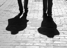 Escala de grises: A sus pies