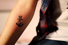 petit tatouage discret: ancre symbole de l'espoir et l'espérence