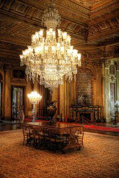 impresionante Luxury Chandelier, Antique Chandelier, Beautiful Interiors, Beautiful Homes, Luz Artificial, Renaissance Architecture, Luxury Landscaping, Dramatic Lighting, Beautiful Lights