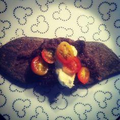 yummi, de maiz azul relleno de frijol con crema y tomatito