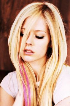Avril Lavigne her hair with the pink streaks Avril Lavigne Style, Avril Lavigne Photos, Log Bob, Avril Levigne, Skater Girl Style, Pink Streaks, Punk Princess, Bobe, Belleza Natural