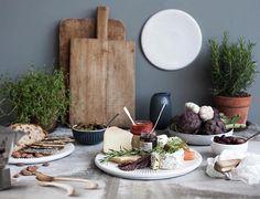 God kveld⭐️🌠💫 Her med et vakkert bilde av serien HAMMERSHØI fra @kahlerdesign 🍂🍃🍁 www.tilbords.no  #tilbords #dekor #decor #interiør #inredning #vase #blomster #design #kähler #kählerdesign #nyhet #aw2016 #🍂 #servise #borddekking #hjem #kjøkken #mat #middag