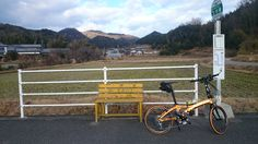 No.110 / ©kimiyuka / dahon visc.p20 2015 / ポタリング中に見つけたバス停です。黄色のベンチが目を引きました。後で気付いたのですが、マンゴーオレンジと合ってます。香川県さぬき市の田舎のバス停です。