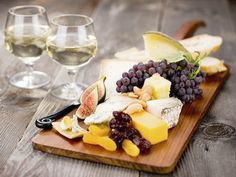 Ever have the desire to throw your very own wine tasting party? Find out what you'll need to know here To throw an Amazing Wine Tasting Party. Wine And Cheese Party, Wine Cheese, Cheese Fruit, Gourmet Cheese, Cheese Food, Easy Cheese, Cheese Tasting, Wine Tasting, Wine And Food Festival