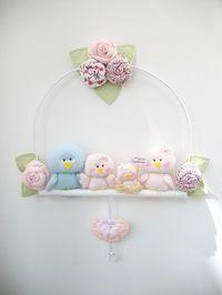 Porta -maternidade de passarinhos formado por 3 elementos,5 flores, e…