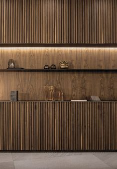 The kitchens wear their best clothes with the lining of the vertical relief or palilleria. A trend, the one of the palilleria that is on the rise Design Hotel, Küchen Design, Wall Design, House Design, Wood Slat Wall, Wood Slats, Modern Interior Design, Interior Architecture, Wood Cladding