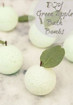 Since fall is here and it's apple picking season, we thought it would be fun to make some DIY green apple bath bombs to enjoy while soaking in a warm bath! Diy Hanging Shelves, Diy Wall Shelves, Floating Shelves Diy, Pot Mason Diy, Mason Jar Crafts, Mason Jars, Diy Beauté, Easy Diy, Diy Crafts
