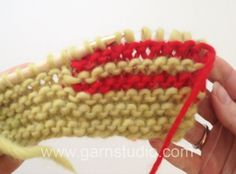 DROPS Knitting Tutorial: How to knit short rows in garter st - with wrap. When working short rows you can shape the garment by making soft curves or give a better fit by creating bust darts Knitting Videos, Knitting Stitches, Knitting Patterns Free, Free Knitting, Knitting Projects, Baby Knitting, Crochet Patterns, Drops Design, Knitting Short Rows