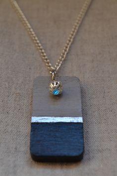 """Collier en béton rectangulaire """"Le Sophistiqué"""" - Collection """"Black & White"""" de Sésé'Dille.  Sophistiqué, ce collier apportera la touche d'élégance tout en étant original pour vos tenues du quotidien !  Ce collier est composé d'un pendentif en béton de forme rectangulaire peint en noir et argent, d'une chaîne en métal argenté et d'une petite perle en métal filigrané argenté."""