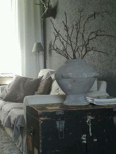 Oude scheepskist met een mooie pot met Magnolia takken.