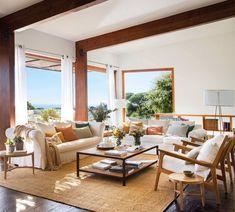 Sofá blanco y alfombra de fibras: una combinación que (siempre) funciona