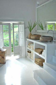 Une salle de bain zen avec plantes vertes