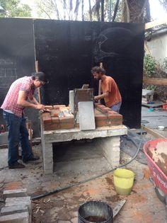 Construyendo el horno horizontal en el Huerto Roma Verde