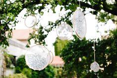 #gartenhochzeit Stickrahmen als Dekoration - Bunte Boho Gartenhochzeit mit viel Liebe von Theresa Povilonis | Hochzeitsblog - The Little Wedding Corner