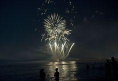 La gente disfruta de los fuegos artificiales durante la tradicional noche de San Juan en una playa de Málaga, España. En la víspera de esta celebración las personas queman objetos que ya no quieren y saltan sobre las llamas mientras piden un deseo. Foto: AFP